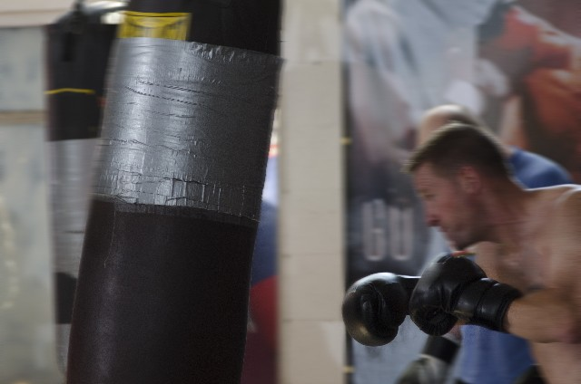 ボクシング中の休憩(インターバル)でセコンドでは何が行われているのか?!何が塗られているの?!