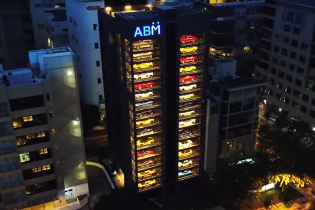 フェラーリやランボルギーニを売る世界最大の自販機とは?!